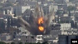 Черговий повітряний удар по позиціях ісламістів у захопленій ними частині Кобане, фото зроблене з турецького боку кордону, 13 жовтня 2014 року
