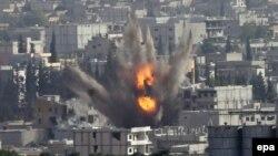 """АКШ баштаган коалициялык күчтөрдүн учактары Кобани шаарындагы """"Ислам мамлекети"""" тобуна абадан сокку урууда. 13-октябрь, 2014-жыл."""