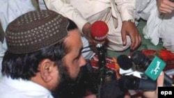 Taliban leader Baitullah Mehsud talks to journalists in May 2008