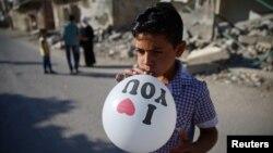 یک پسربچه سوری، در حوالی دمشق، پایتخت سوریه، از فرارسیدن عیدفطر، شادمان است