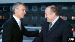 Президент Грузии Георгий Маргвелашвили приветствует Генерального секретаря НАТО Йенса Столтенберга в Тбилиси