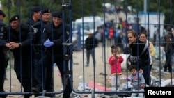 Біженці поруч з хорватською поліцією біля сербсько-хорватського кордону. 25 вересня 2015 року