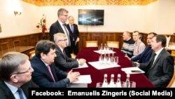 Литовська делегація на зустрічі з «в'язнями Кремля». Вікторас Пранцкетіс – третій ліворуч
