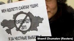Активистка с плакатом у офиса ОБСЕ в Алматы, 13 января 2011 года.