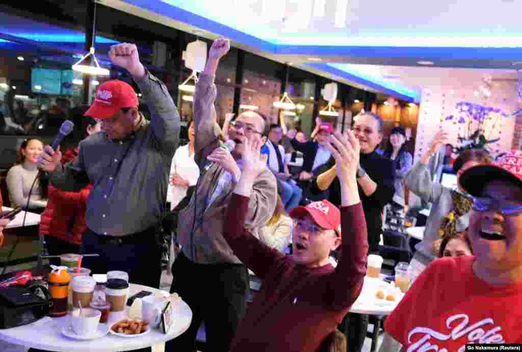 Американці в'єтнамського походження, що підтримують Дональда Трампа, збираються, щоб стежити за оголошенням результатів голосування в Г'юстоні, штат Техас