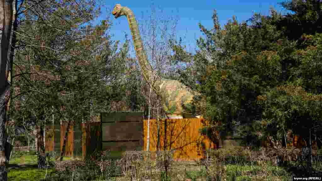 Поруч із ним огороджений свіжим парканом «Парк динозаврів»