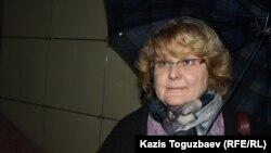 Сотрудник прессозащитной организации «Адил соз» Елена Малыгина комментирует судебное решение о запрете интернет-издания Ratel.kz. Алматы, 28 мая 2018 года.