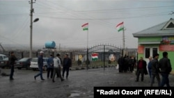 У пропускного пункта на таджикско-узбекской границе.