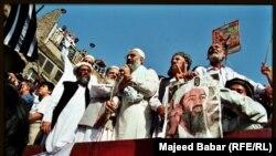 د پاکستان د اسلامي ګوندونو په یوه جلسه کې د اسامه بن لادن تصویر تر سترګو کېږي