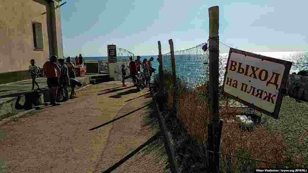 Дорога, що веде до одного з головних пляжів селища