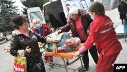 Санітари швидкої допомоги доставляють хворого до одної з львівських лікарень, 4 листопада 2009 року.