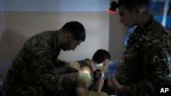 ناگورنو-قرهباغ؛ تصویر یکی از نیروهای ارمنی که زخمی شده در حال درمان