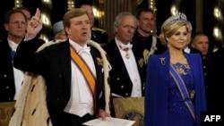 Король Нидерландов Виллем-Александр клянется на Конституции во время церемонии инаугурации в Амстердаме. Рядом – его жена, королева Максима, 30 апреля 2013