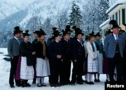 Lume în costume tradiționale bavareze, în așteptarea cancelarului german la Wildbad Kreuth