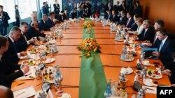 Njemačka kancelarka Angela Merkel i zvaničnici iz regiona na sastanku u Berlinu, 28. august 2014.