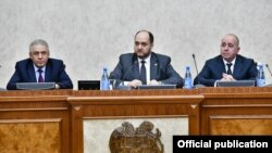 Ձախից աջ՝ Պաշտպանության նախկին նախարար Վաղարշակ Հարությունյան, վարչապետի աշխատակազմի ղեկավար Արայիկ Հարությունյան, Պաշտպանության նախարարի առաջին տեղական Արշակ Կարապետյան