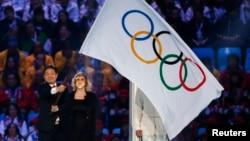 Мэр корейского Пхёнчхана, где состоится зимняя Олимпиада 2018 года, поднимает олимпийский флаг на церемонии закрытия Олимпиады в Сочи