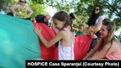 Copii jucându-se în cadrul unui proiect Hospice Casa Speranței.