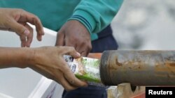 По этой трубе чилийским шахтерам передают еду