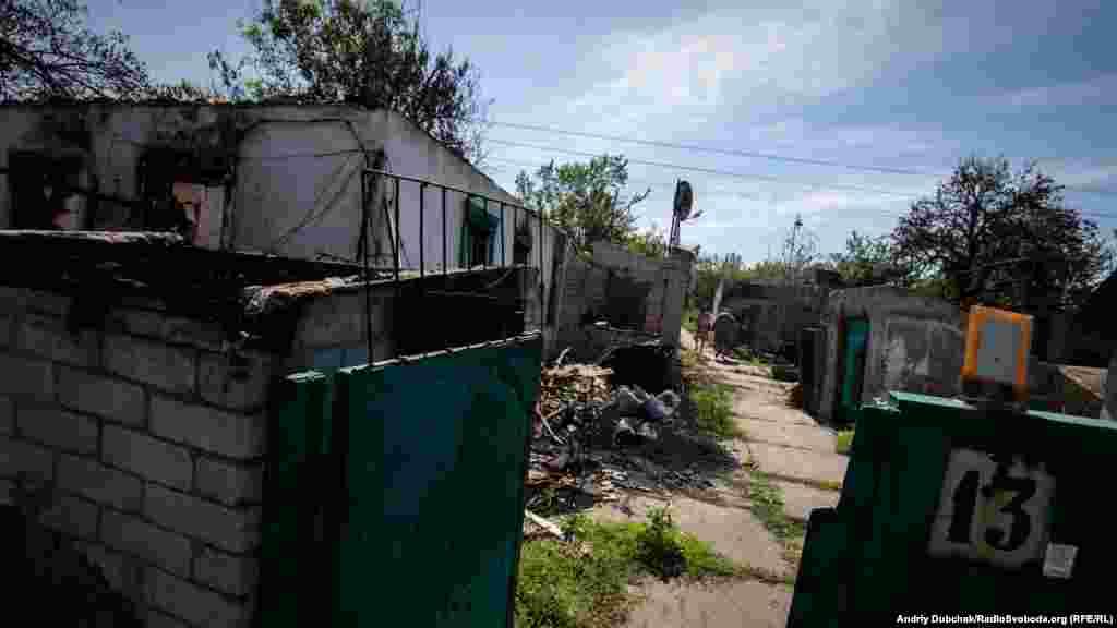 Утром проходим по селу. 18 домов сгорело полностью. В село приезжают местные, чтобы забрать хоть какие-то вещи и проверить, какие дома уцелели
