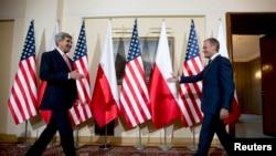 Džon Keri sa poljskim premijerom Donaldom Tuskom
