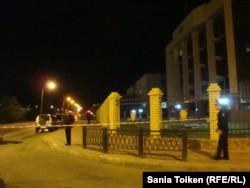 Офис областной прокуратуры оцеплен после ночного вооруженного инцидента в центре города Атырау. 15 сентября 2012 года.