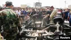 Люди собрались на месте взрыва в Багдаде. 11 мая 2016 года.