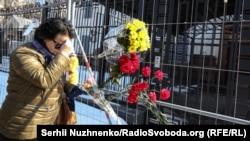 Жители Киева также выражают свои соболезнования и приносят к посольству России цветы
