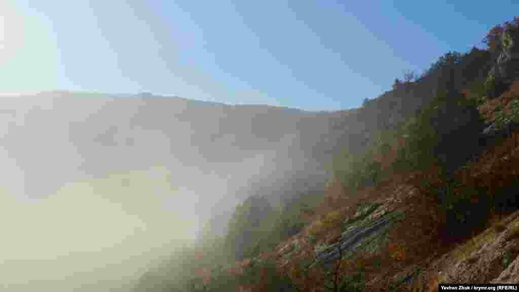 Утренний туман сползает в Байдарскую долину со склонов гор
