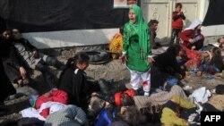 Əfqanıstanda partlayış zamanı ölmüş insanlar arasında ağlayan qız. (Foto: Massoud Hossaini)