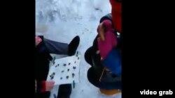 Скриншот опубликованного видео о конфликте между гадалкой на кумалаках (бобах) и неизвестным.