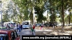 Колонна автобусов, готовящиеся к отправке сборщиков хлопка на поля. Самарканд, 14 сентября 2015 года.