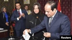 Египет президенті Абдел Фаттах әл-Сисси (оң жақта) парламент сайлауына дауыс беріп тұр. Каир, 22 қараша 2015 жыл.