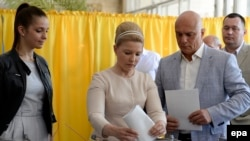 Кандидат в президенты Украины Юлия Тимошенко (в центре) на избирательном участке в Днепропетровске. 25 мая 2014 года.