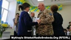 Міністр у справах ветеранів Ірина Фріз вручає солдату сертифікат від університету Nord, Одеса, 29 травня 2019 року
