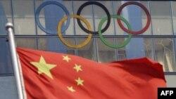 پرچم چین در کنار نشان المپیک(عکس:AFP)