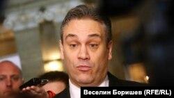"""Преди ден Пламен Георгиев обяви пред медиите, че няма да се обяснява, защото трябва да се обясняват """"тези хора, които имат незаконни средства""""."""