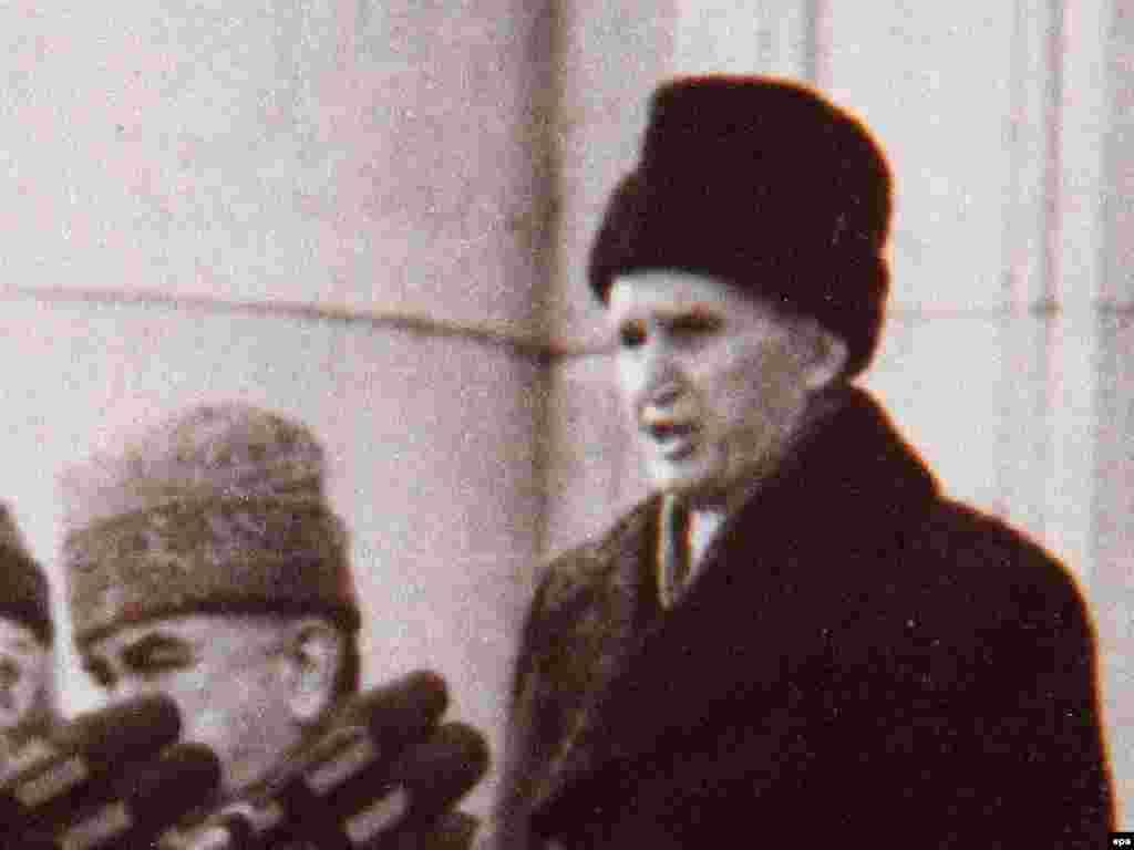 Rumıniyanın kommunist diktatoru Nicolae Ceausescu (sağda) sonuncu dəfə ictimaiyyət qarşısında çıxış edir, 21 dekabr 1989