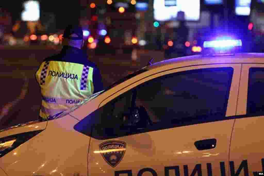 МАКЕДОНИЈА - Без почитување на препораките и мерки за заштита од Ковид-19 синоќа полициски службеници правеле забава во кратовското село Куклица, потврди МВР. Според информациите од Секторот за комуникација со јавност на Министерството за внатрешни работи, настанот се случил синоќа, околу 21 часот, кога бил пријавен во полиција. Седум полицајци веднаш биле приведени.