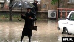 Bakıda yağış.