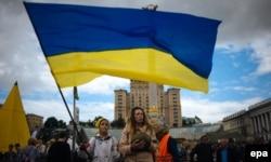 Київ, майдан Незалежності, 27 червня 2014 року. Люди зібралися, щоб відзначити підписання Угоди про асоціацію між Україною та Євросоюзом