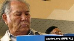Жазушы Дулат Исабеков мемлекеттік тілді қолдау жиынында. Алматы, 19 қыркүйек, 2010 жыл.