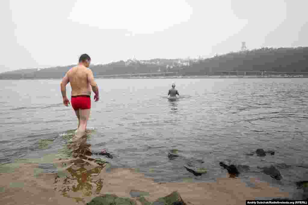 Після ритуалу усі охочі могли зануритися у воду Дніпра
