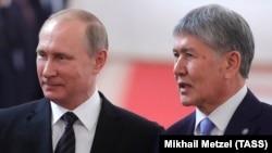 Former Kyrgyz President Almazbek Atambaev (right) and Vladimir Putin in Moscow in 2017