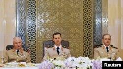Suriya prezidenti Bashar al-Assad hərbiçilərlə birlikdə