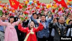 شهروندان کره شمالی هنگام دیدار با کیم جونگ اون رهبر این کشور
