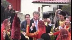 ABŞ səfiri Novruz tonqalından atlandı