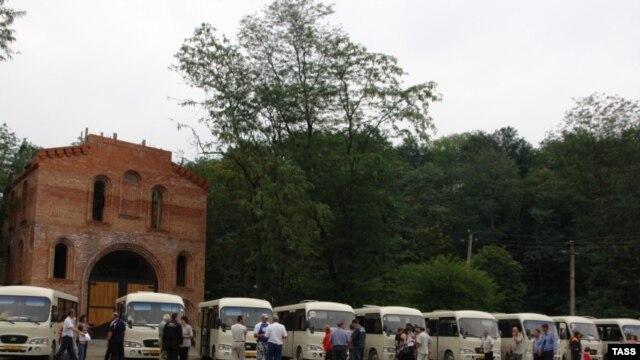 Правозащитникам сообщили, что всех вынужденно перемещенных лиц по прибытию в Джаву сразу отправляли автобусами дальше в Северную Осетию