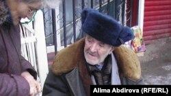 Зейнеткер Владимир Чариков қайыр сұрап отыр. Ақтобе, қараша 2009 жыл.