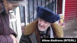 Көшеде қайыр сұрап отырған зейнеткер. Ақтөбе, 2009 жыл. (Көрнекі сурет).